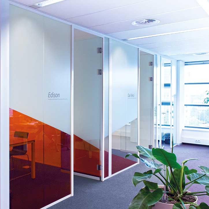 Vi designer vindusfolie og film for kontorlandskaper og private hjem