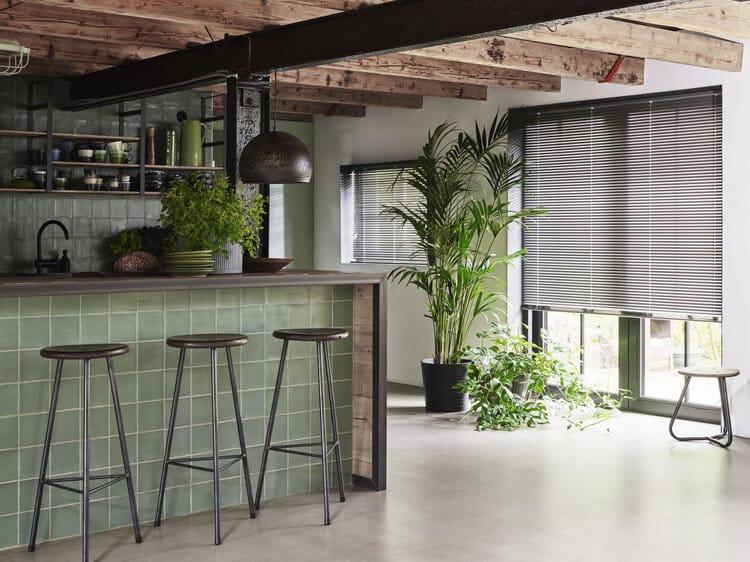 Moderne kjøkken med lekre persienner i aluminium. Enkelt å rengjøre.