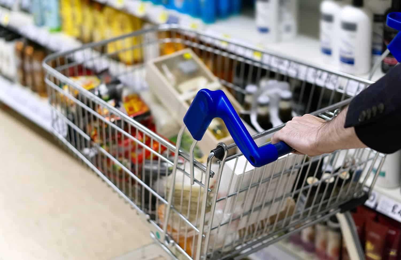 Bakterier på håndtak på handlevogn i et supermarked.
