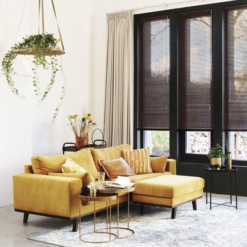 persienner foran gul sofa
